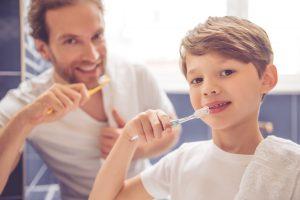 Enseñar buenos hábitos a los niños en higiene dental