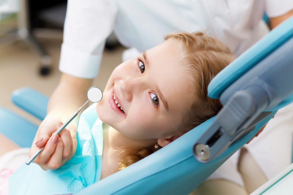 Una dentista infantil enseña como cepillar los dientes