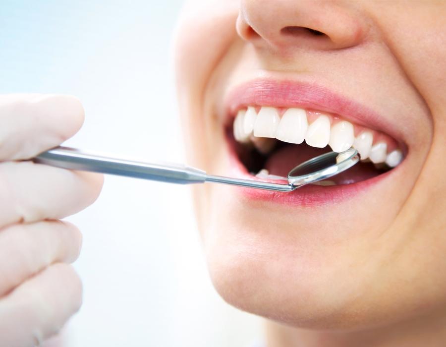 Paciente realizando una reconstrucción dental